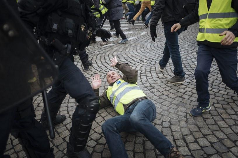 """Protest """"żółtych kamizelek"""" we Francji /Associated Press /East News"""