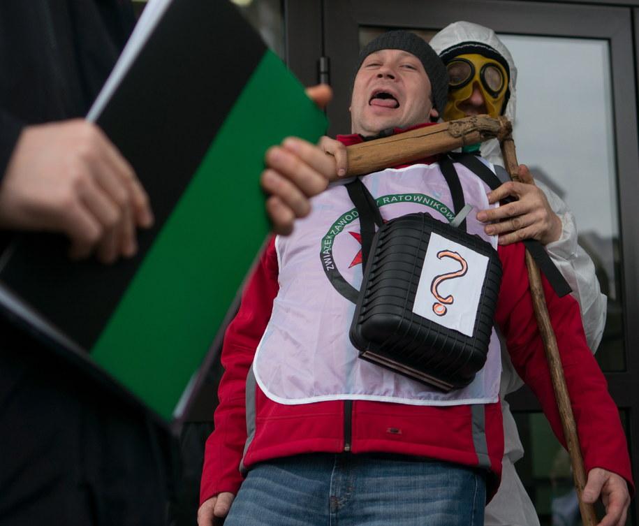 Protest związkowców  przed siedzibą WUG w Katowicach /Andrzej Grygiel /PAP