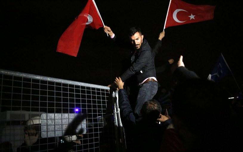 Protest zwolenników Erdgana w Ankarze /TUMAY BERKIN /PAP/EPA