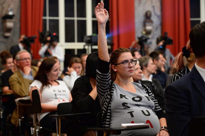 Protestująca kobieta podczas wykładu wygłoszonego przez prezydenta Andrzeja Dudę /Jacek Turczyk /PAP