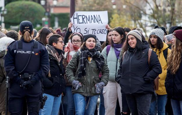 """Protestujące kobiety z transparentem """"Siostro, ja ci wierzę"""" /SANTI OTERO  /PAP/EPA"""