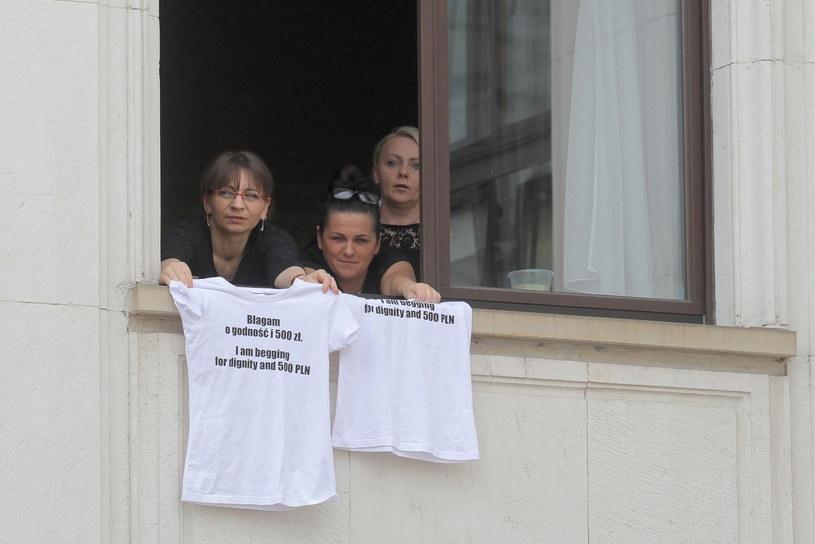 Protestujące w Sejmie Julia Hartwich, Anna Glinka i Katarzyna Milewicz w oknie gmachu Sejmu, 25 maja 2018 r. /Paweł Supernak /PAP