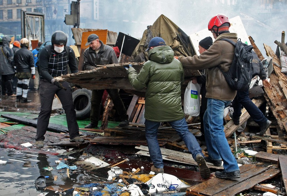 Protestujący budują barykadę na Majdanie /IGOR KOVALENKO /PAP/EPA