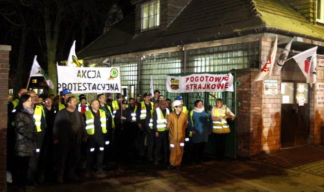 Protestujący górnicy przy bramie przeznaczonej do likwidacji KWK Bobrek Centrum w Bytomiu /PAP/Andrzej Grygiel    /PAP