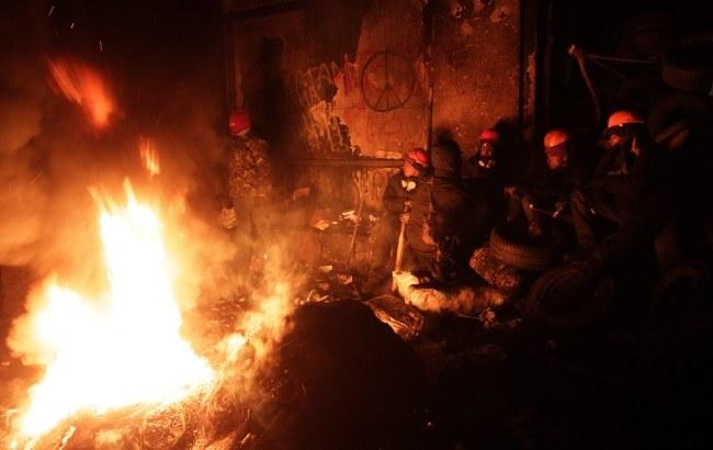 Protestujący grzeją się przy ogniu /PAP/EPA/ZURAB KURTSIKIDZE /PAP/EPA