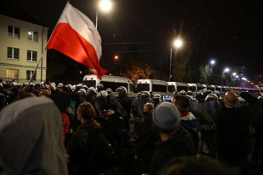 Protestujący i policja w poblizu domu Jarosława Kaczyńskiego /Rafał Guz /PAP