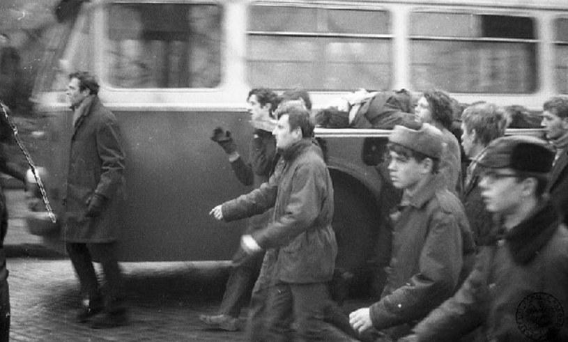 Protestujący maszerują ulicami Gdyni, niosąc na drzwiach ciało Zbigniewa Godlewskiego - robotnika zastrzelonego 17.12.1970 r. /East News