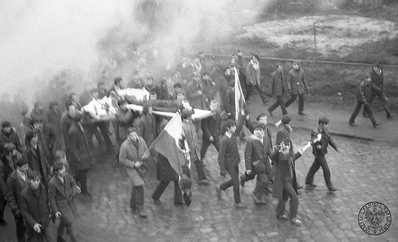 Protestujący maszerują ulicami Gdyni, niosąc na drzwiach ciało Zbigniewa Godlewskiego (znanego tez jako Janek Wisniewski) - robotnika zastrzelonego 17 grudnia 1970 r., prawdopodobnie przez żołneirzy Ludowego Wojska Polskiego. W chwili smierci mial 18 lat. /IPN /East News
