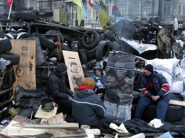 Protestujący na barykadzie w Kijowie /PAP/EPA/MAXIM SHIPENKOV /PAP/EPA