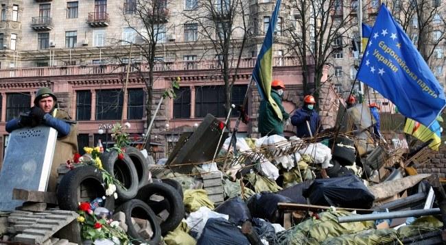 Protestujący na barykadzie w Kijowie /PAP/EPA/IGOR KOVALENKO /PAP/EPA