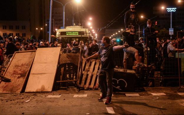 Protestujący na barykadzie w Mińsku /YAUHEN YERCHAK /PAP/EPA