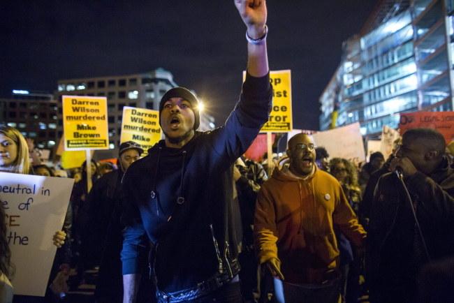 Protestujący na ulicach Ferguson /PAP/EPA/JIM LO SCALZO /PAP/EPA