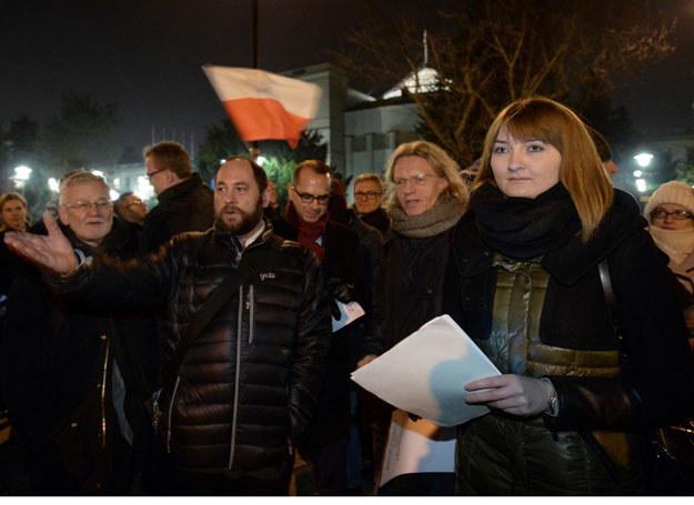 """Protestujący nieśli kartki z napisami """"jawność"""", """"przejrzystość"""", """"ręce od trybunału"""" /Marcin Obara /PAP"""
