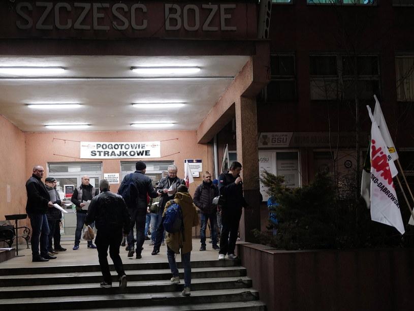 Protestujący NSZZ Solidarność podczas strajku ostrzegawczego przed wejściem do budynku Kopalni Węgla Kamiennego Ruda Ruch Halemba w Rudzie Śląskiej / Andrzej Grygiel    /PAP