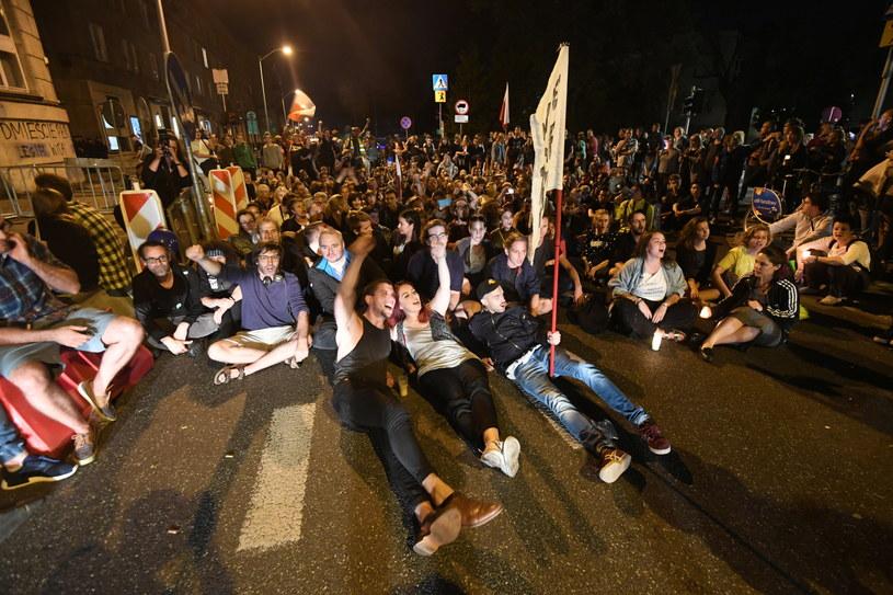 Protestujący pod Sejmem /Bartłomiej Zborowski /PAP