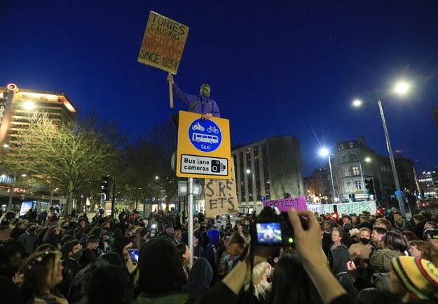 """Protestujący podczas manifestacji trzymali plakaty z napisem """"Kill The Bill"""" /JON ROWLEY /PAP/EPA"""