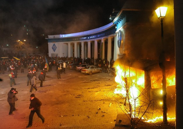 Protestujący podpalili milicyjny autobus /OLEG PETRASIUK /PAP/EPA