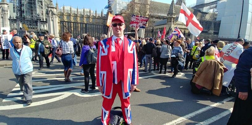 Protestujący przed brytyjskim parlamentem /INTERIA.PL