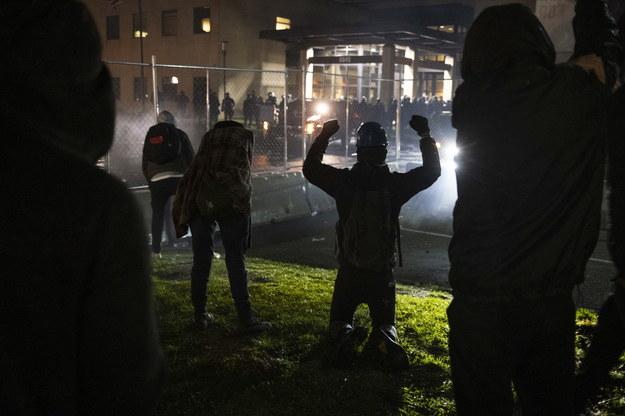 Protestujący przed budynkiem policji /TIM EVANS /PAP/EPA