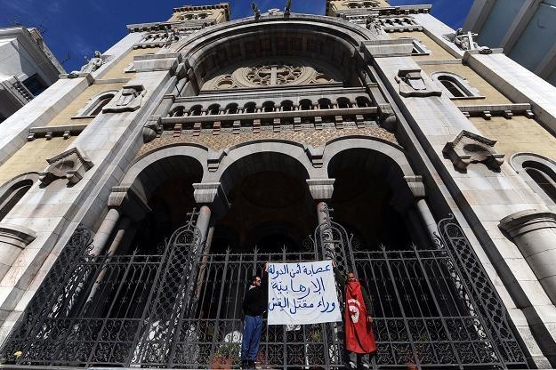 Protestujący przed katedrą w Tunisie /AFP