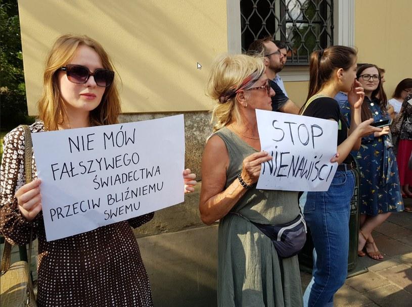 Protestujący przed krakowską kurią /Magdalena Dropek /INTERIA.PL