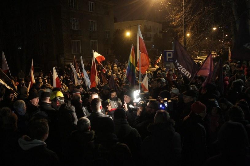 Protestujący przed Sejmem w nocy z 16 na 17 grudnia 2016 /Fot. Przemek Wierzchowski /