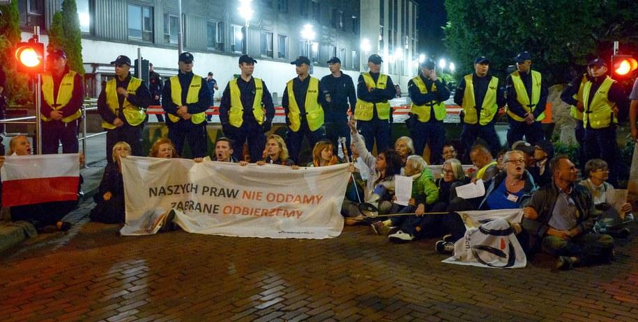 Protestujący przed Sejmem /Marcin Obara /PAP