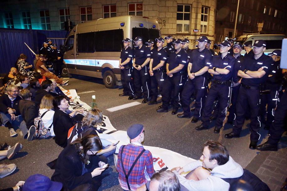 Protestujący przed Sejmem /Tomasz Gzell /PAP