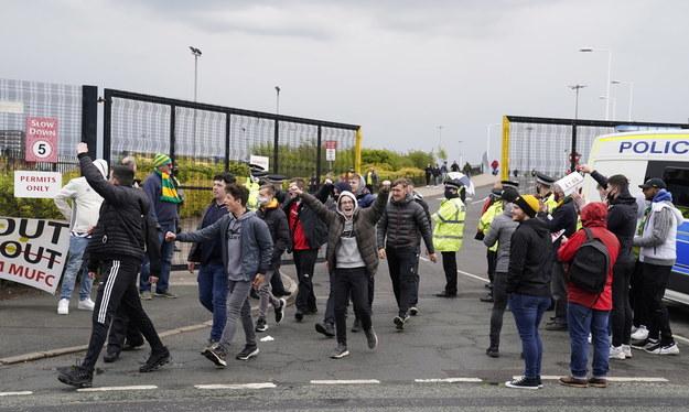 Protestujący przed stadionem Old Trafford /Tim Keeton /PAP/EPA