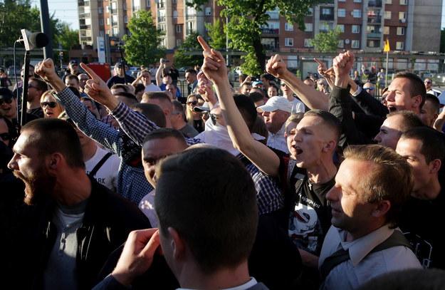 Protestujący przed teatrem /PAP/Tomasz Gzell /PAP