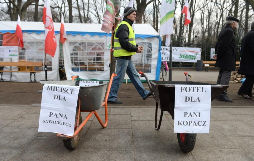 Protestujący rolnicy przed KPRM /Bartłomiej Zborowski /PAP