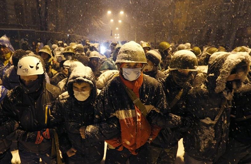 Protestujący są otaczani przez żołnierzy. /SERGEY DOLZHENKO /EPA
