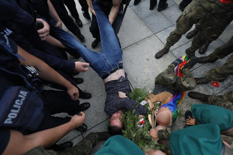Protestujący starli się z policją i żandarmerią podczas miesięcznicy smoleńskiej /Paweł Supernak /PAP