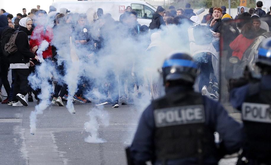 Protestujący uczniowie naprzeciw szturmowych oddziałów policji w Montpellier na południu Francji /GUILLAUME HORCAJUELO  /PAP/EPA