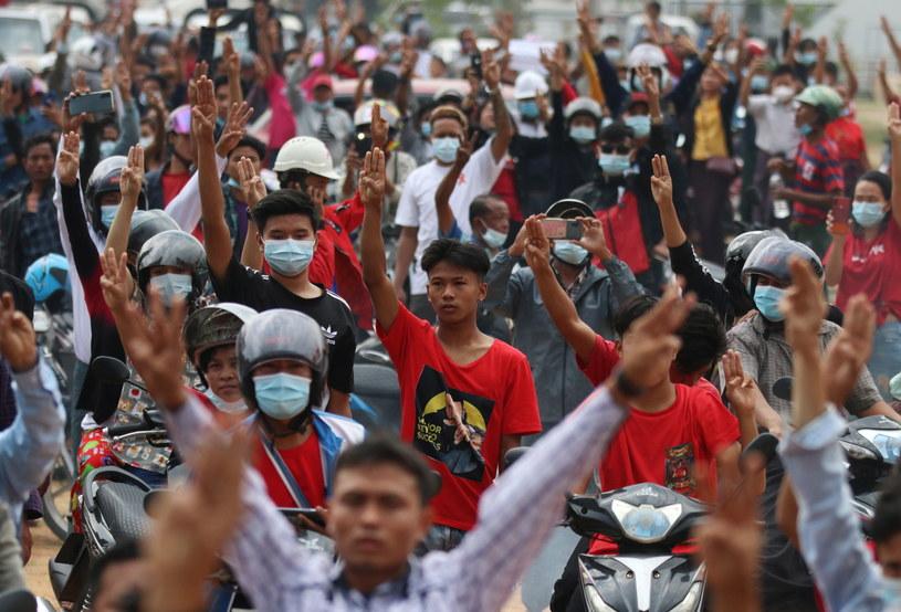 Protestujący w Birmie po zamachu stanu /MAUNG LONLAN /PAP/EPA
