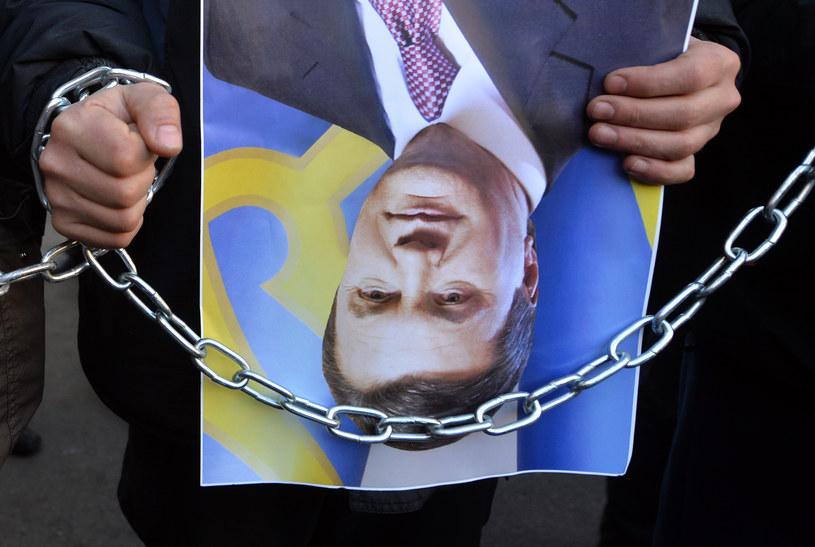 Protestujący w Kijowie ze zdjęciami Wiktora Janukowycza /AFP