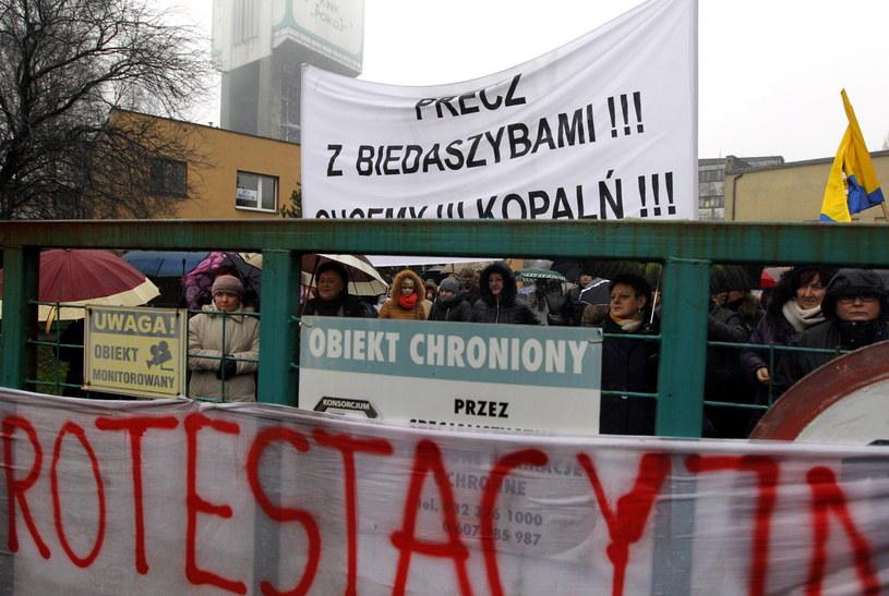 Protestujący w KWK Pokój w Rudzie Śląskiej pracownicy powierzchniowi spotkali się przy bramie kopalni z rodzinami i mieszkańcami miasta /Andrzej Grygiel /PAP