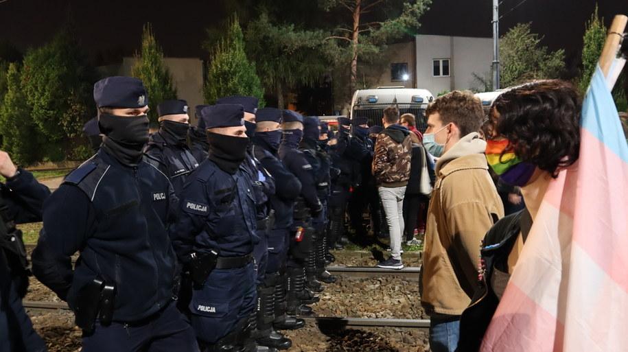 Protestujący w pobliżu domu Jarosława Kaczyńskiego /Piotr Szydłowski /RMF FM
