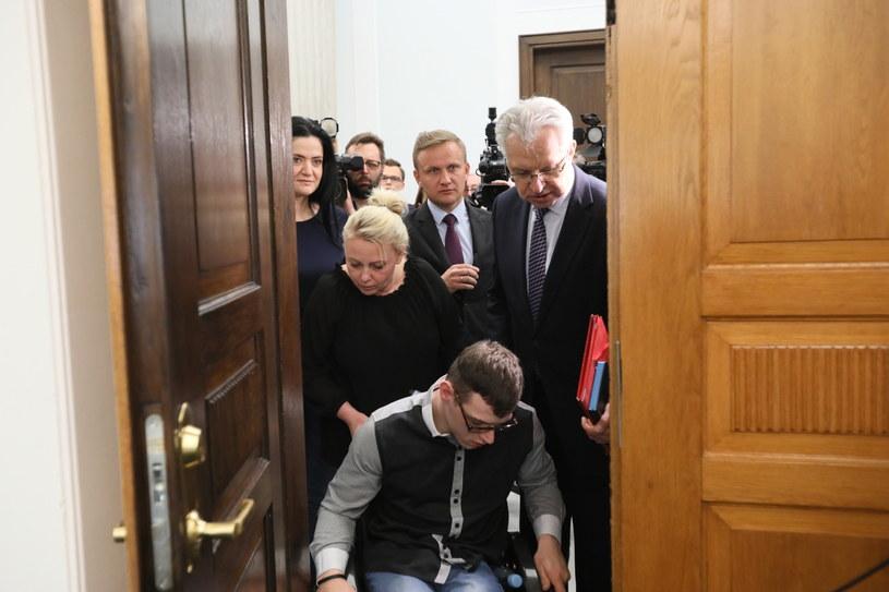 Protestujący wchodzą na spotkanie / Leszek Szymański    /PAP