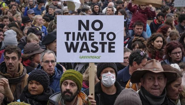 """Protestujący z tabliczką z hasłem """"nie mamy czasu do stracenia"""" /OLIVIER HOSLET /PAP/EPA"""