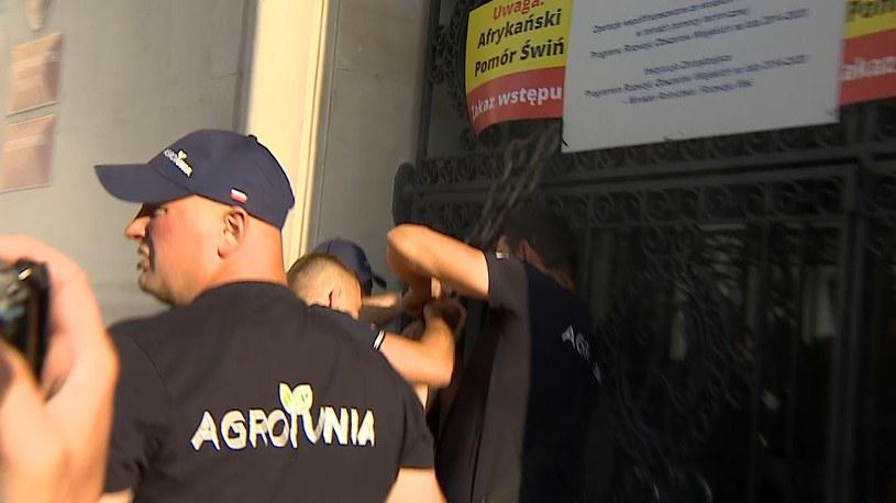 Protestujący założyli na drzwiach budynku resortu rolnictwa łańcuch i kłódki /Polsat News