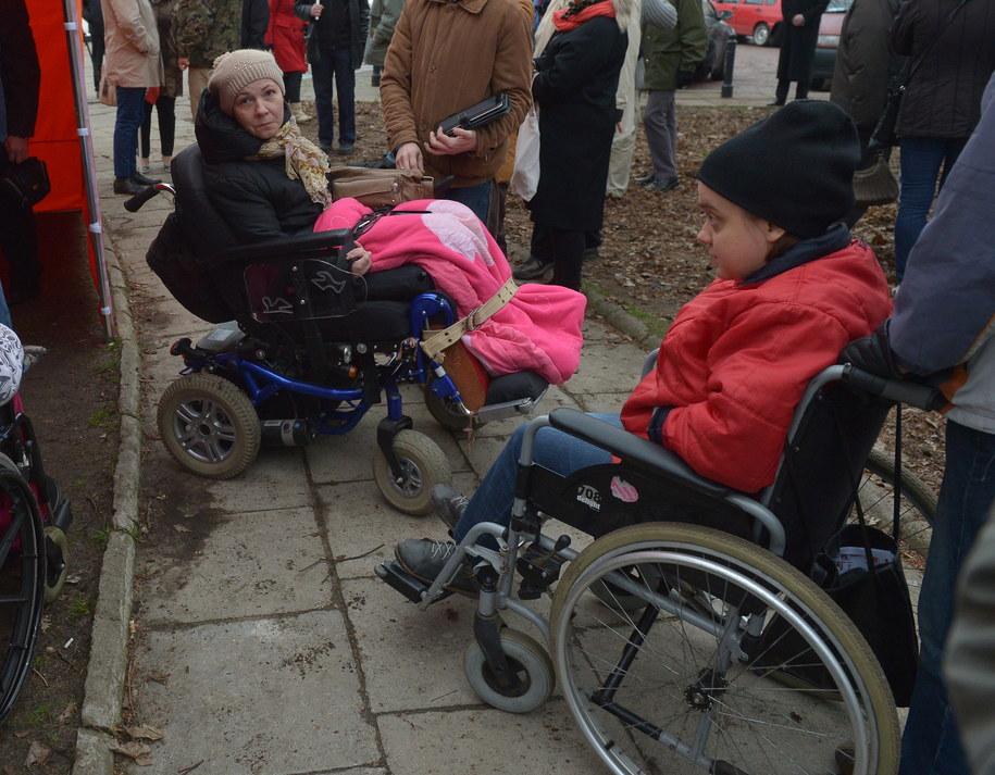 Protestujący zamierzają zostać przed Sejmem do skutku /Radek Pietruszka /PAP