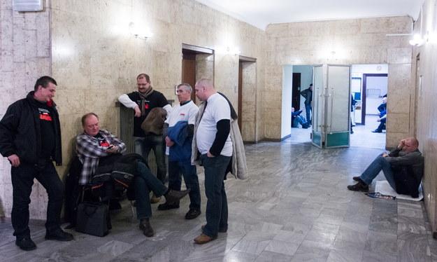 Protestujący związkowcy w siedzibie Kompanii Węglowej /Andrzej Grygiel /PAP
