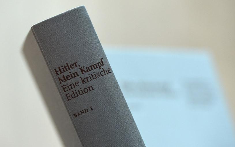 """Protesty i oburzenie bezpłatnym rozdawaniem """"Mein Kampf"""" /AFP"""