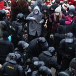 Protesty na Białorusi: Ponad 1 100 zatrzymanych, siły reżimu użyły granatów hukowych i broni gładkolufowej