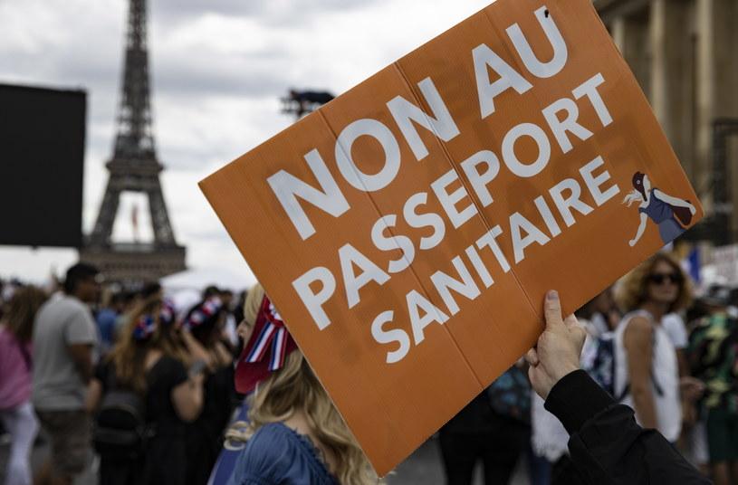 Protesty przeciw przepustce covidowej we Francji /IAN LANGSDON /PAP