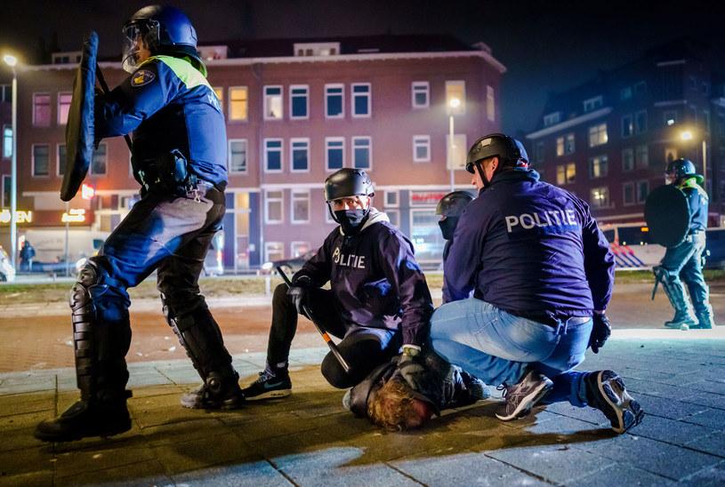 Protesty przeciwko godzinie policyjnej wybuchły w wielu holenderskich miastach /Marco DE SWART / ANP /AFP