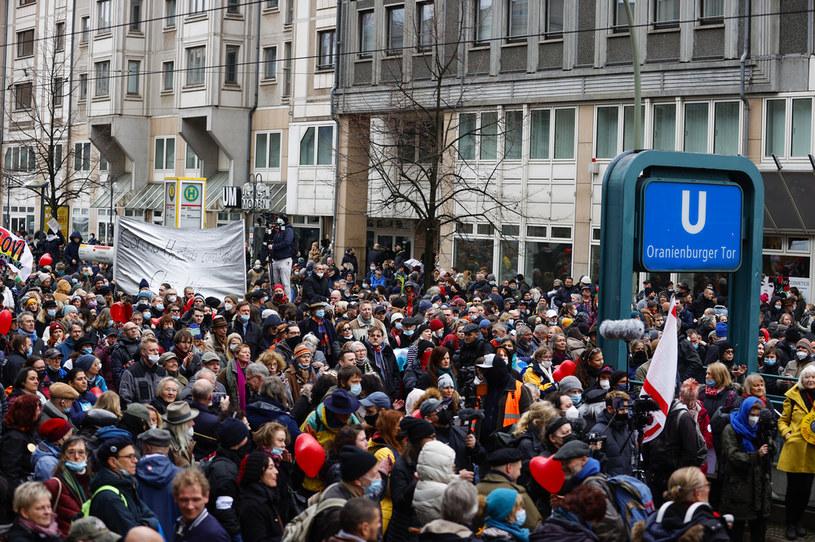 Protesty przeciwko obostrzeniom w Berlinie /Abdulhamid Hosbas/Anadolu Agency /Getty Images