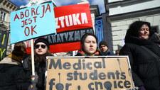 """Protesty przeciwko projektowi """"Zatrzymaj aborcję"""". """"Aborcja wolna od (o)sądów"""""""
