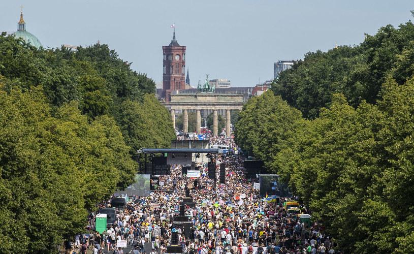 Protesty przeciwko restrykcjom w czasie pandemii w Berlinie. Kto za tym stoi? /JOHN MACDOUGALL /AFP
